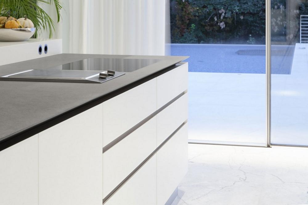 Бял-кухненски-остров-минималистичен-дизайн