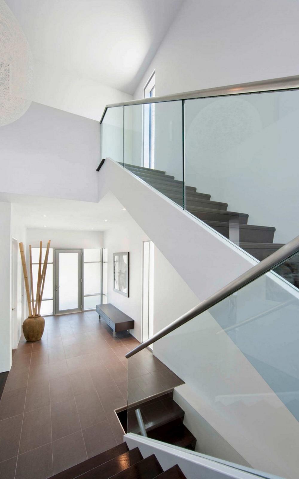 Къща-с-модерна-архитектура-и-минималистичен-интериор-вътрешно-стълбище