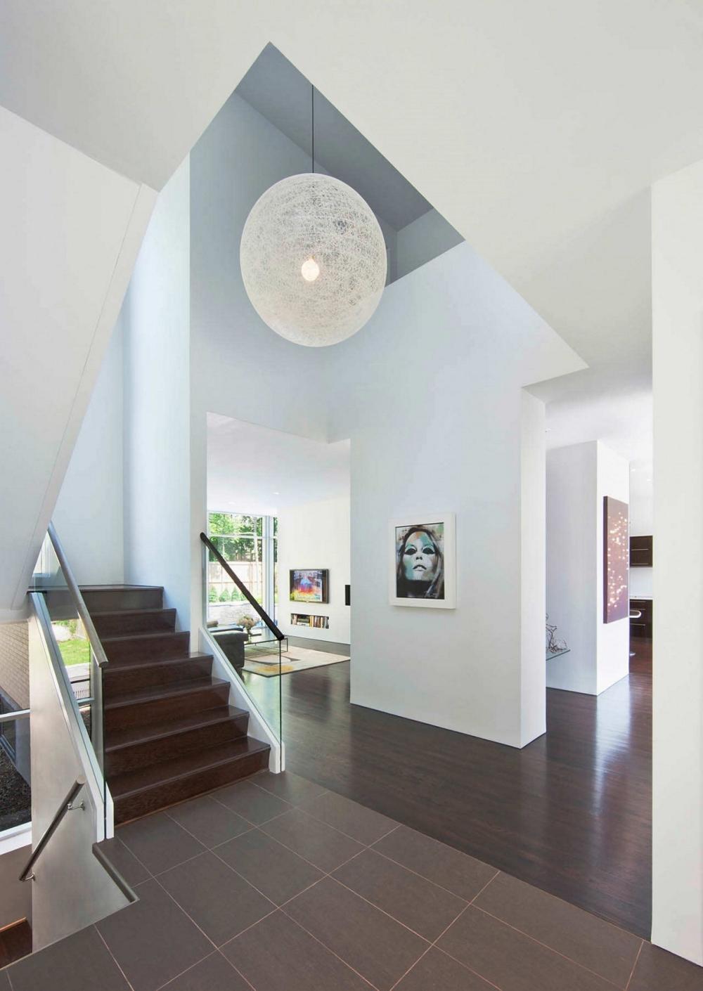 Къща-с-модерна-архитектура-и-минималистичен-интериор-творческа-атмосфера