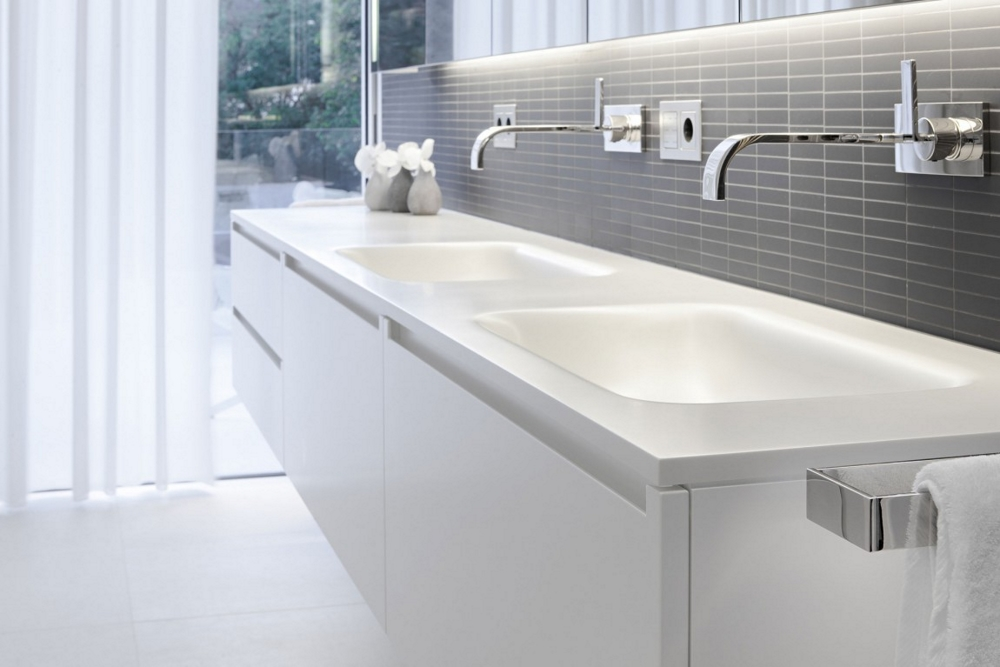 Минималистичен-дизайн-бял-декор-за-банята