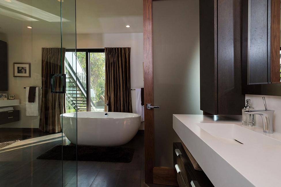 Минималистичен-дизайн-на-баня-с-бяла-вана