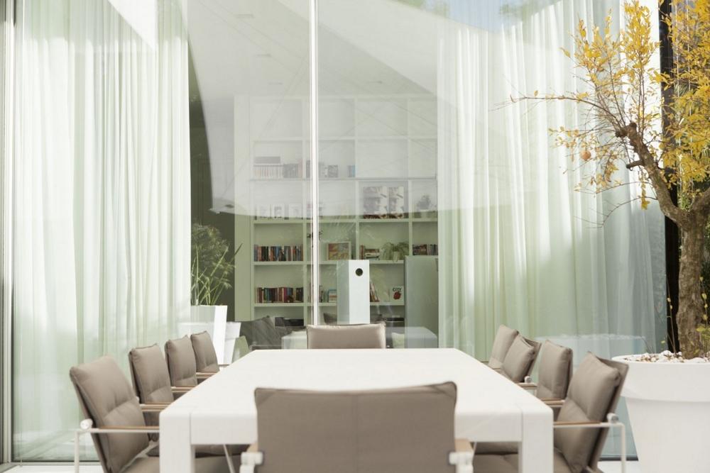Минималистична-трапезария-House-M-в-Италия