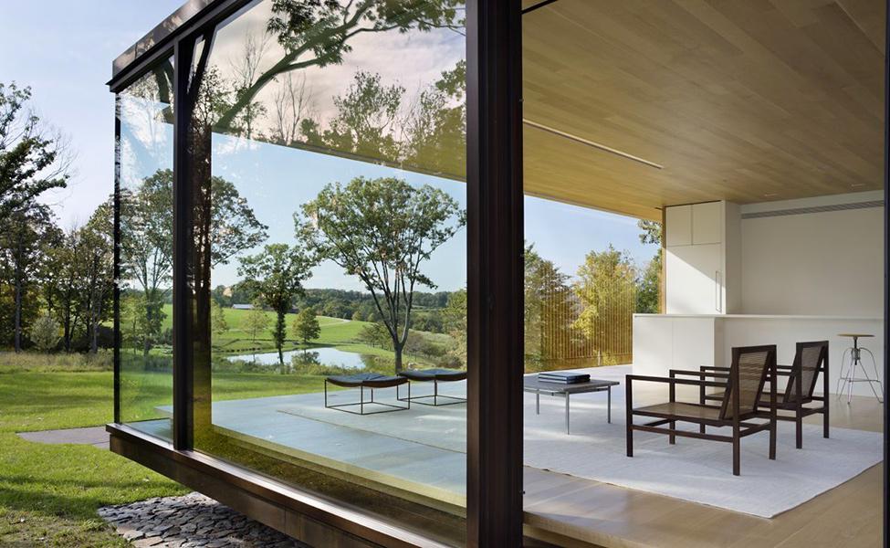 Модерен-дом-всекидневна-със-стъклени-стени