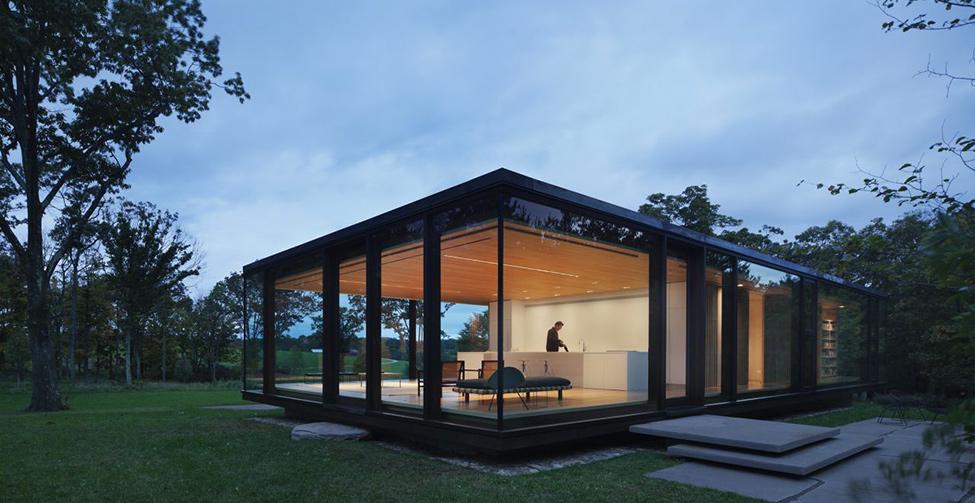 Модерен-дом-сред-гората-със-стъклени-стени
