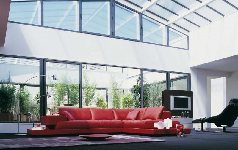 118-модерни-идеи-за-обзавеждане-на-хола-кожен-диван-в-червено