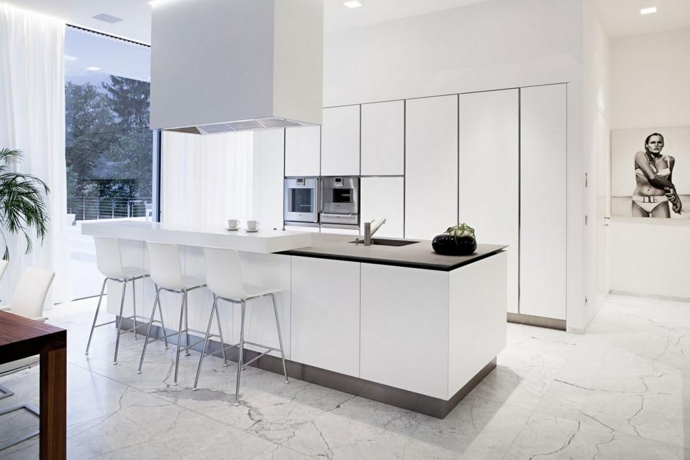 House-M-в-Италия-бяла-минималистична-кухня