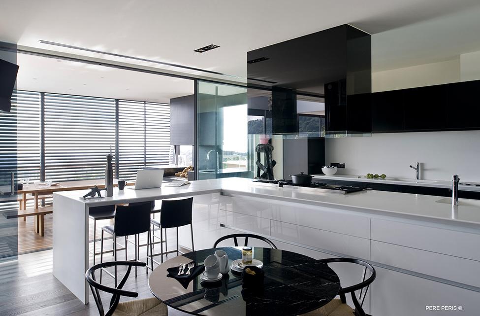 Imenie-s-moderen-interior-minimalistichna-kuhnya-v-byalo-i-cherno