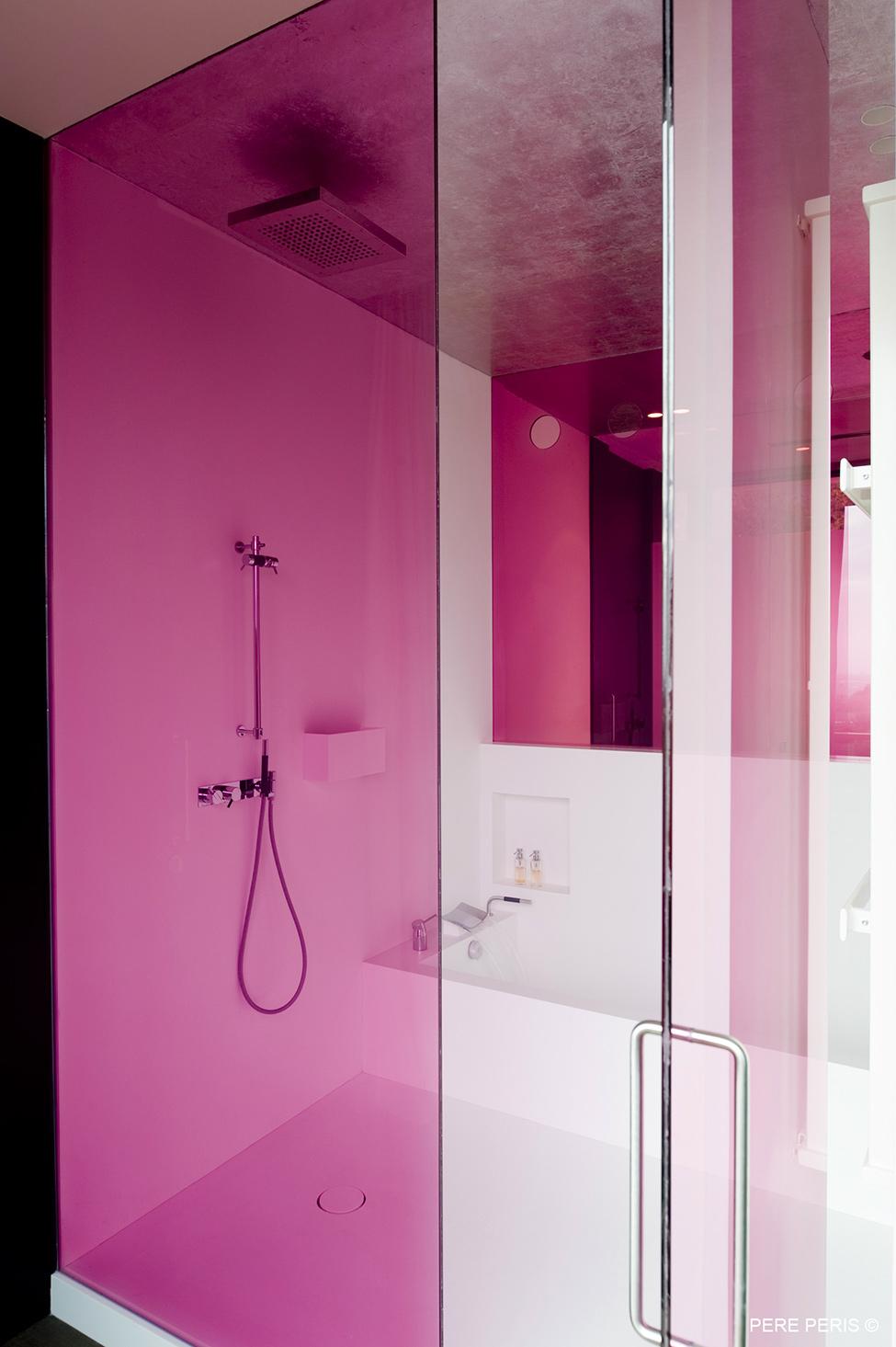 Minimaliza-m-v-interiora-minimalistichna-banya-v-rozovo-i-byalo